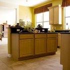 Cómo limpiar las puertas pegajosas de los armarios de cocina