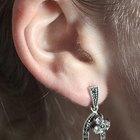 Como remover brincos da orelha