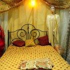 Cómo crear cortinas de cama sin un marco de cama de dosel