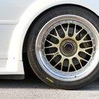 Como consertar uma roda amassada por um buraco na rua