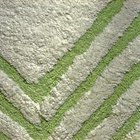 ¿Qué puede remover el moho y la humedad de una alfombra plástica de baño?