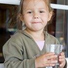 ¿Cuánta agua debe un niño beber al día?