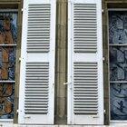 Como limpar portas venezianas de armários de madeira
