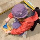 Por qué los juegos con agua y arena son útiles para los niños