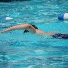 ¿Qué químicos necesito para mantener el agua fresca en la piscina?