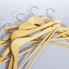 La manera correcta de colgar la ropa en una percha