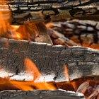 Por que alguns tipos de madeira produzem tanta fumaça?