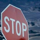 ¿Cuál es la multa por no detenerse completamente en un stop en California?