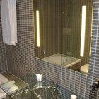 ¿Cuál es la altura adecuada para instalar un espejo en el baño?