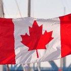¿Qué simboliza la hoja de maple en la bandera de Canadá?