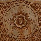 Cómo tallar diseños florales en la madera