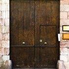 Como consertar um buraco em uma porta de madeira