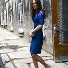¿Qué color de zapatos y de medias debes usar con un vestido de noche azul royal?