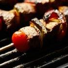 ¿Cómo hacer brochetas de carne de res en la parrilla del horno?