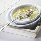 Cómo espesar una simple sopa de pollo con caldo y leche