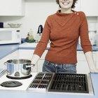 ¿Cómo remover manchas de leche quemada en las hornillas de una estufa cerámica?