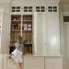 Cómo evitar que los niños pequeños se suban a los cajones de los gabinetes
