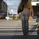 Cómo enseñar a los niños pequeños los peligros de correr hacia o en la calle