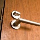 Cómo cortar la parte inferior de una puerta interior hueca sin dañarla