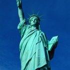 ¿Qué libro es el que sostiene la Estatua de la Libertad?