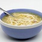Cómo hacer sopa de pollo con fideos en una olla de cocción lenta