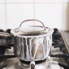 Cómo quitar leche quemada de una cacerola