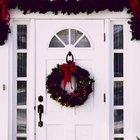 Como pendurar festões natalinos na entrada da casa
