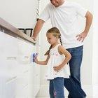 Cómo limpiar gabinetes pintados de blanco que se han puesto amarillos.