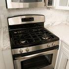 ¿Cuánto espacio debe dejarse entre la encimera de la estufa al microondas?