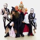 Disfraces caseros de Halloween para mujeres usando vestidos negros