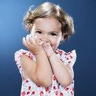 Como evitar que crianças pequenas fiquem cutucando crostas de feridas
