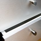 Como consertar a gaveta de um armário de cozinha que não para fechada