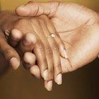 Cómo averiguar la talla de anillo de tu novia para pedirle matrimonio