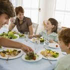 Cómo hcaer cumplir buenos hábitos de mesa para la cena en niños