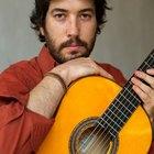 Como fazer um violão caseiro com cordas amarradas em parafusos