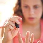 Cómo quitar esmalte de uñas del cabello de un chico
