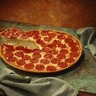 Actividades para niños pequeños haciendo pizza de pepperoni