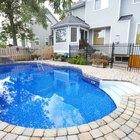 ¿Puedo disminuir la alcalinidad total drenando el agua de la piscina?