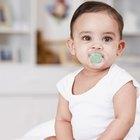 Cómo enseñarle a un bebé a que agarre el chupón