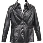 ¿Cómo puedo quitarle el brillo a mi chaqueta de cuero falso?