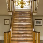 ¿Qué tipo de madera se puede utilizar para reemplazar los peldaños de la escalera?
