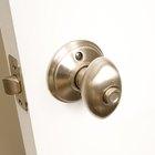 Cómo desbloquear el seguro de la perilla de una puerta