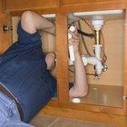 Cómo cambiar el codo de la tubería de desagüe debajo de un fregadero