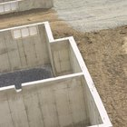La pendiente mínima y el desagüe adecuado para el piso de hormigón de un sótano de interiores