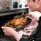Cómo cocinar un pollo entero relleno al horno