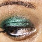 Cómo hacer una sombra para ojos en crema a partir del maquillaje en polvo