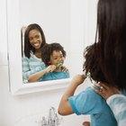 Cómo agregar molduras alrededor de un espejo del baño