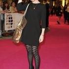 ¿Qué tipo de medias debería llevar con un vestido negro suelto?