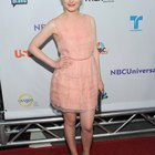 ¿Qué color de zapatos puede vestir una mujer adulta con un vestido rosa?