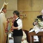 Cómo denunciar a un sacerdote con un arzobispo